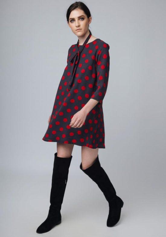 vestido-gris-lunares-rojos