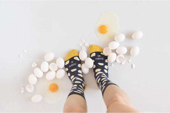 calcetines-divertidos-te-quiero-un-huevo-gris