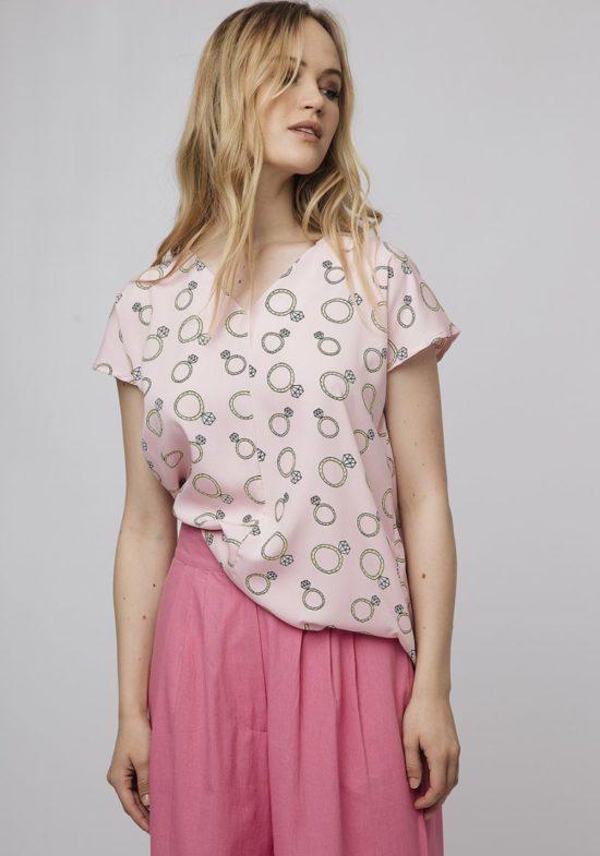 blusa-rosa-estampado-anillos