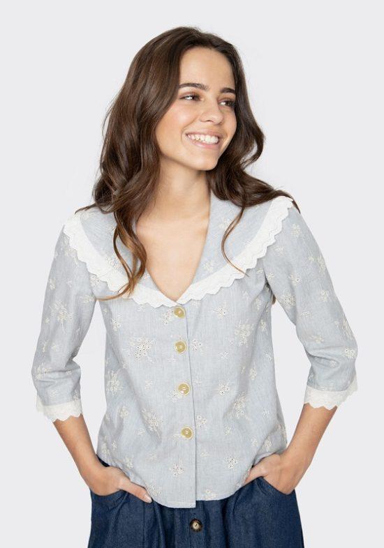 blusa-azul-claro-bordado-flores-mangas-francesas