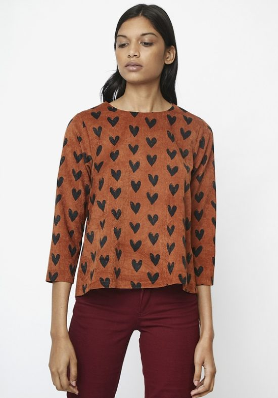 blusa-marron-corazones-estampados