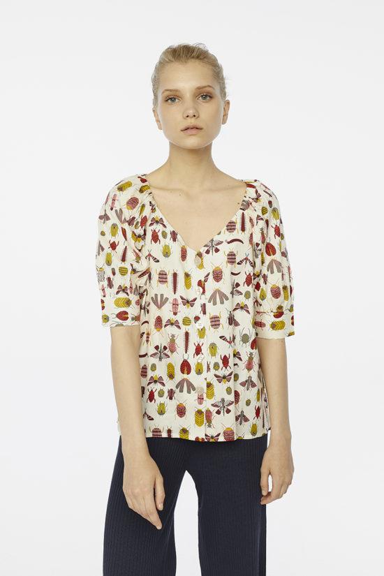 blusa-estampado-insecto-con-botones