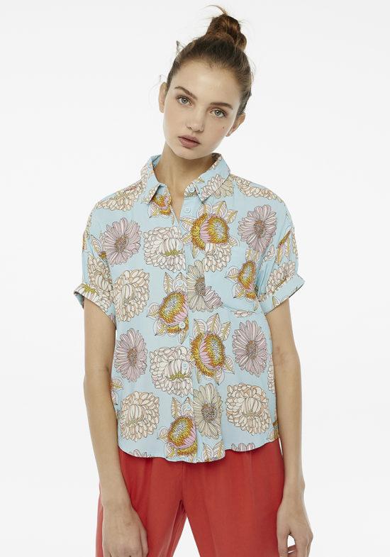 camisa-celeste-estampado-flores-crisantemo