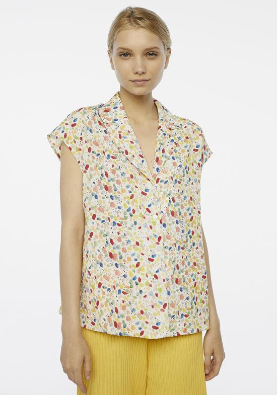 camisa-cuello-pico-estampado-pintadas