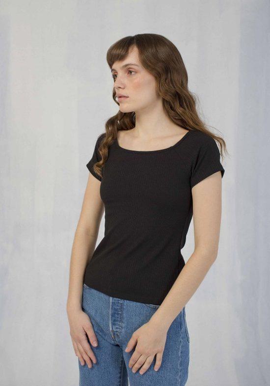 camiseta-negro-cuello-barco